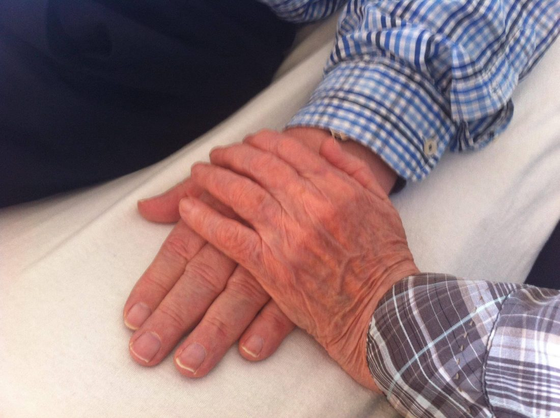 Pa voor de operatie en mama haar hand.