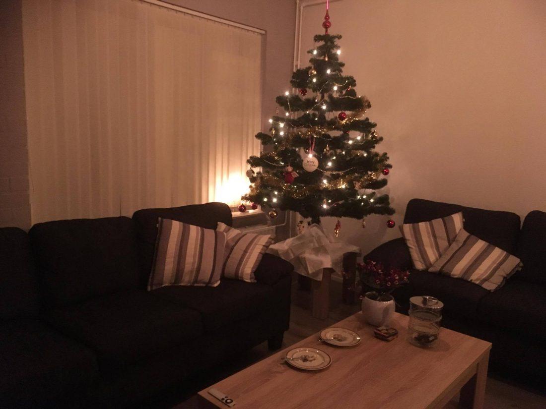 Kerstboom staat nu in de hoek en t is nu een stuk gezelliger.