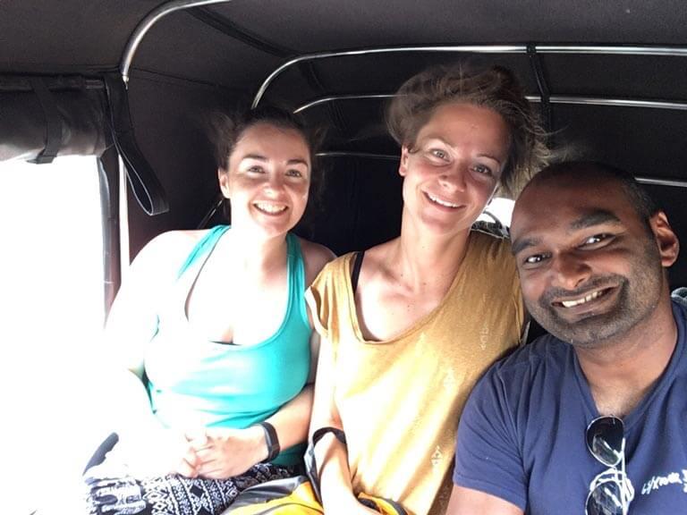 Weer in de tuktuk met Caoimhe en Lotte.