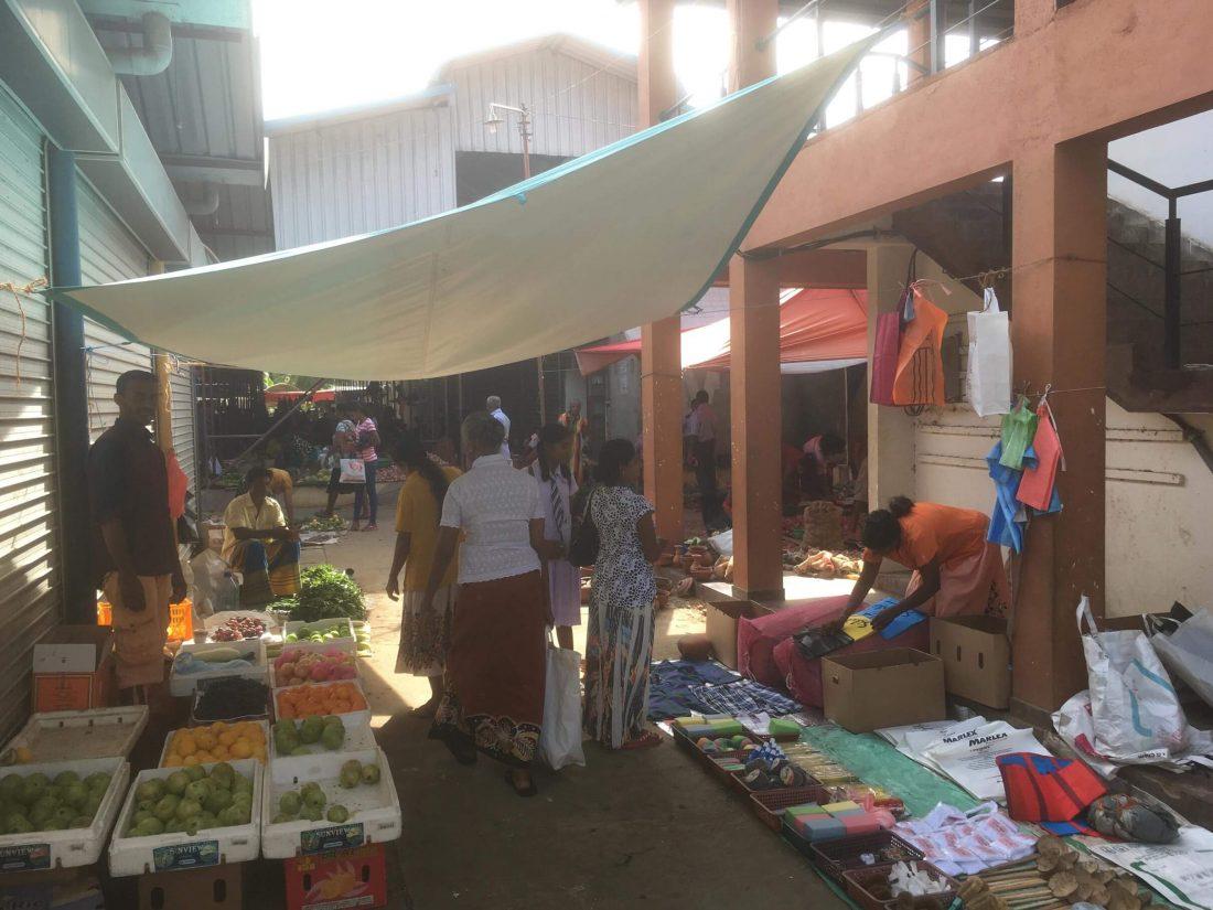 Overdekte markt, waar je specerijen, groentes en fruit kan kopen.