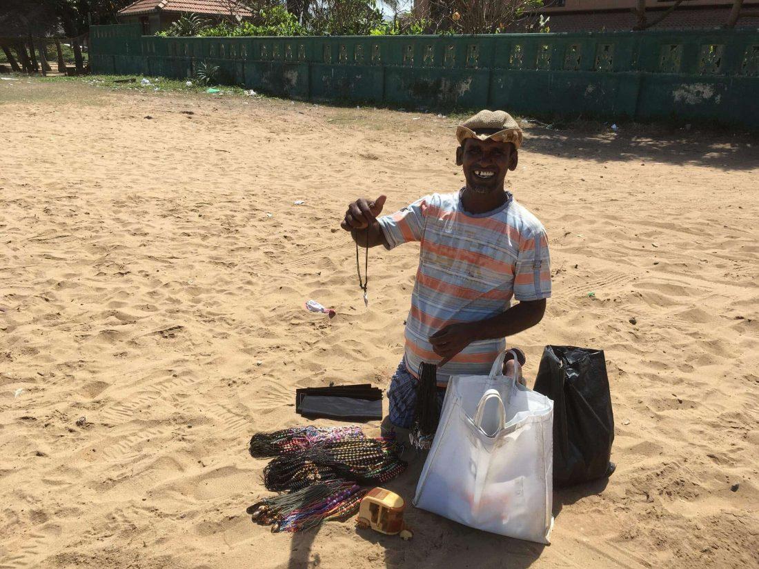 Strandverkoper in Negombo.